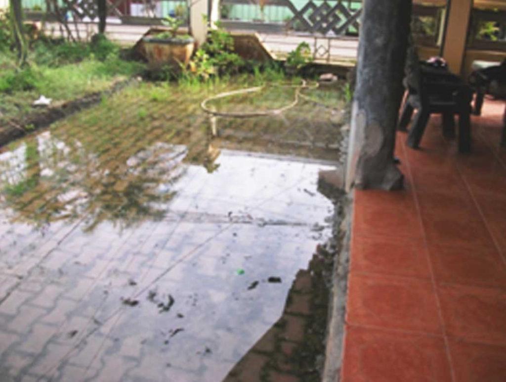 Membersihkan halaman dari genangan air