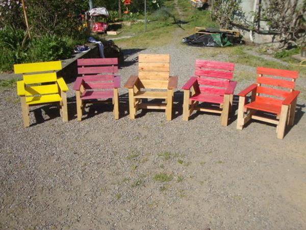Menjemur perabotan rumah yang terbuat dari kayu